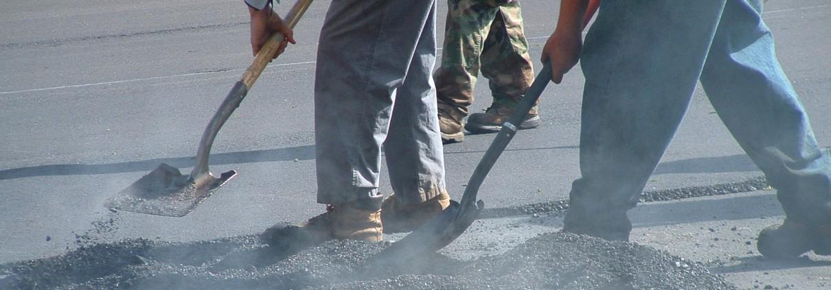 shoveling-hot-asphalt-1220042